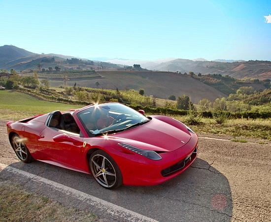 Mit einem Ferrari 488 spider auf Panoramawegen unterwegs <br>© Kulturtouristik (Lieferant)