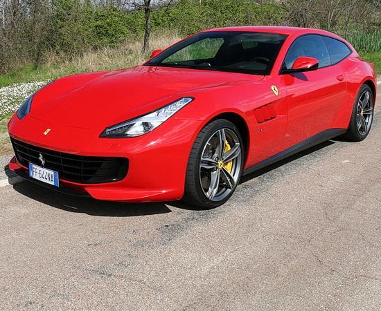 Mit einem Ferrari GTC4 Lusso über das Autodromo di Modena <br>© Kulturtouristik (Lieferant)