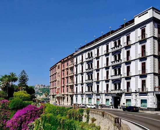 Neapel sehen und … staunen: Städtereise mit Luxushotel in Neapel