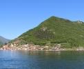 Monte Isola mit dem Ort Peschiera Maraglio <br>© Wikimedia Commons (Creando [CC-BY-SA-3.0])