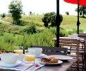 Im Sommer wird das Frühstück und Abendessen auf der Terrasse serviert <br>© Kulturtouristik (Hotel)