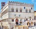 Perugia Palazzo dei Priori und Fontana Maggiore <br>© Wikimedia Commons (Georges Jansoone [CC-BY-SA-3.0])